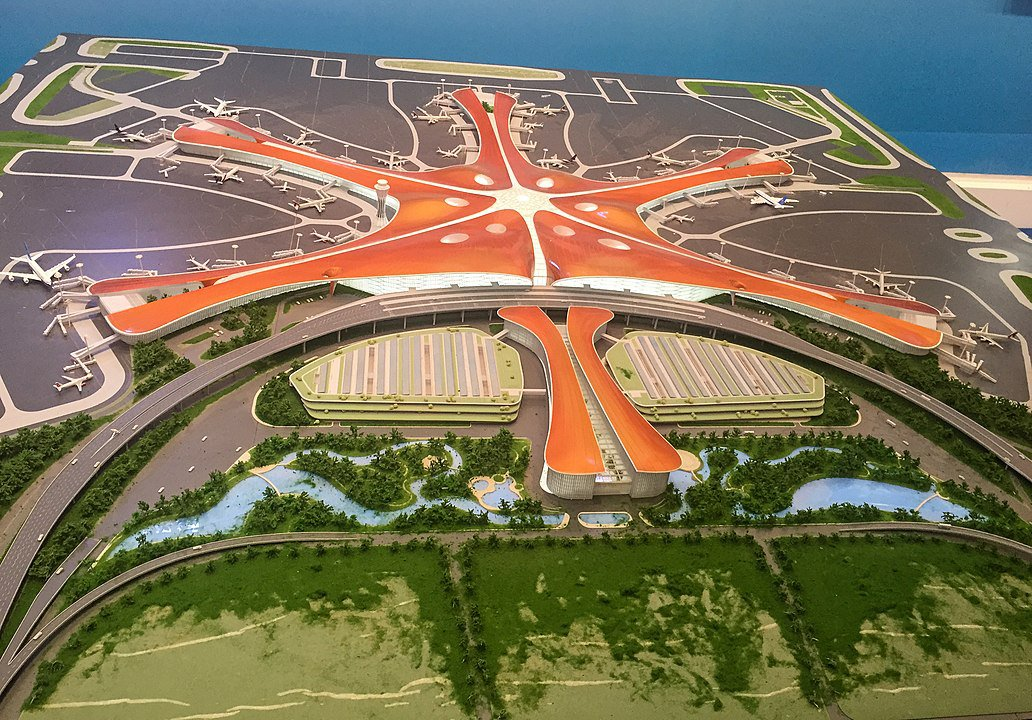 1032px-Model_of_Beijing_New_Airport_at_the_Five-Year_Achievements_Exhibition_(20171015150600).jpg