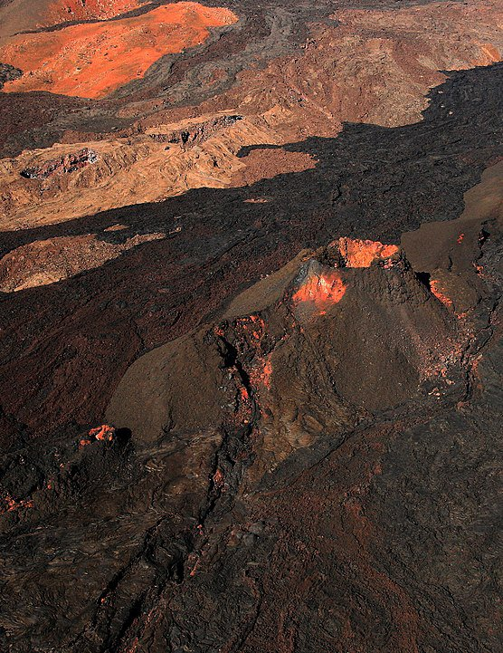 556px-Mauna_Loa_from_the_air.jpg