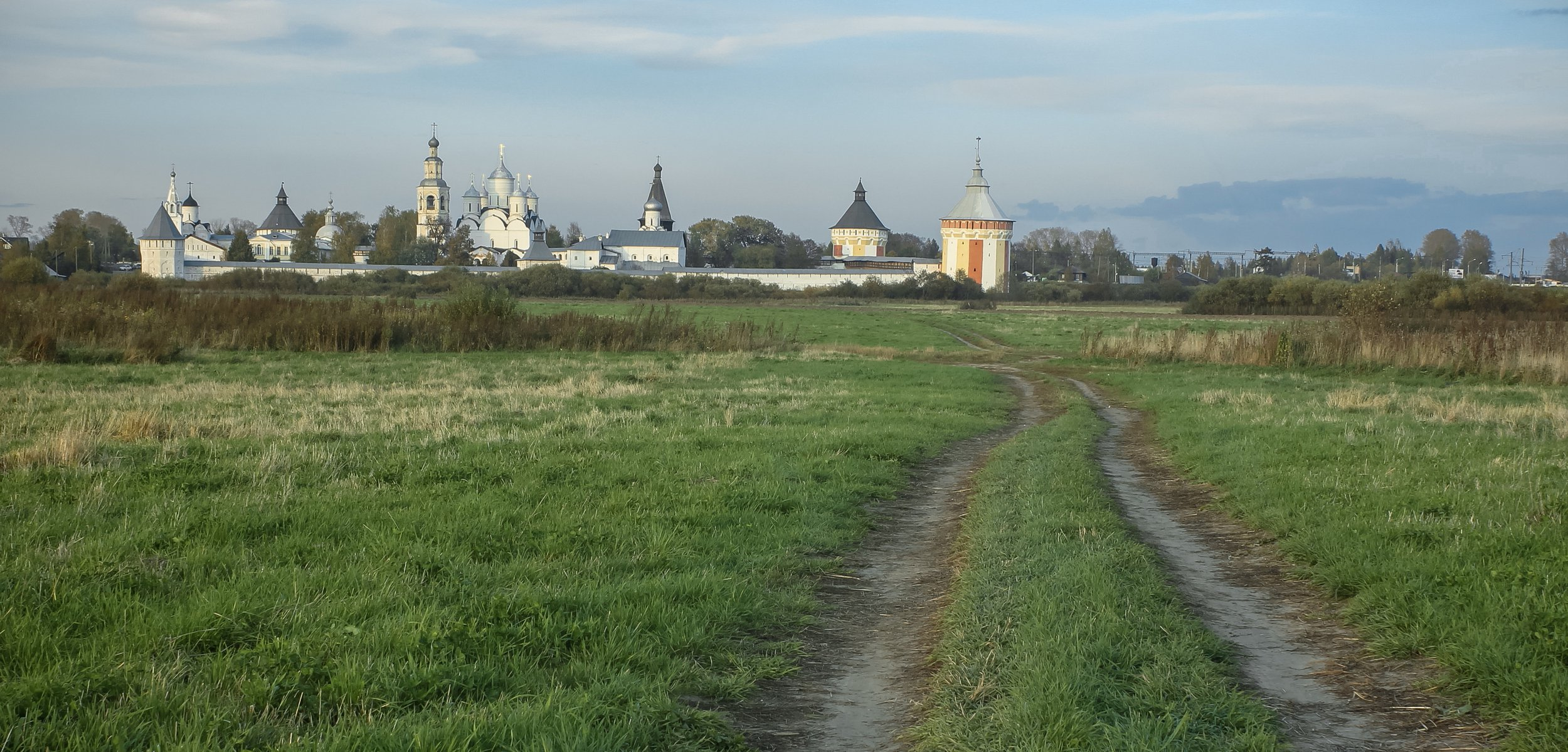 Прилуцкий монастырь и колея в поле / Prilutsky Monastery and rut in the field