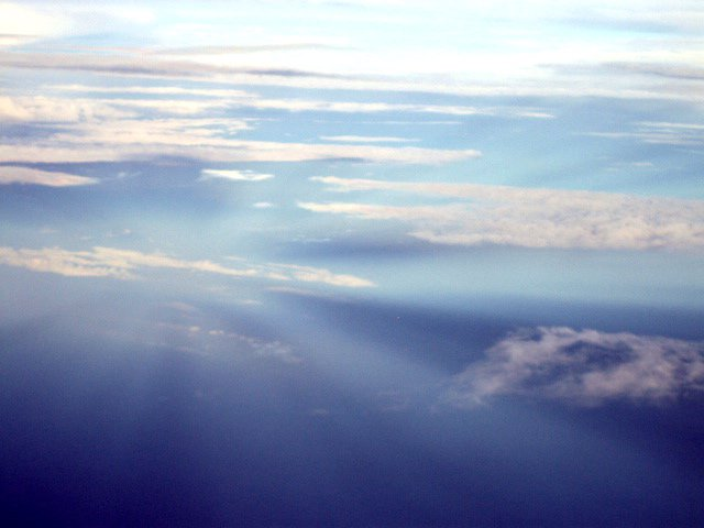 Anticrepuscular_rays_from_above.jpg