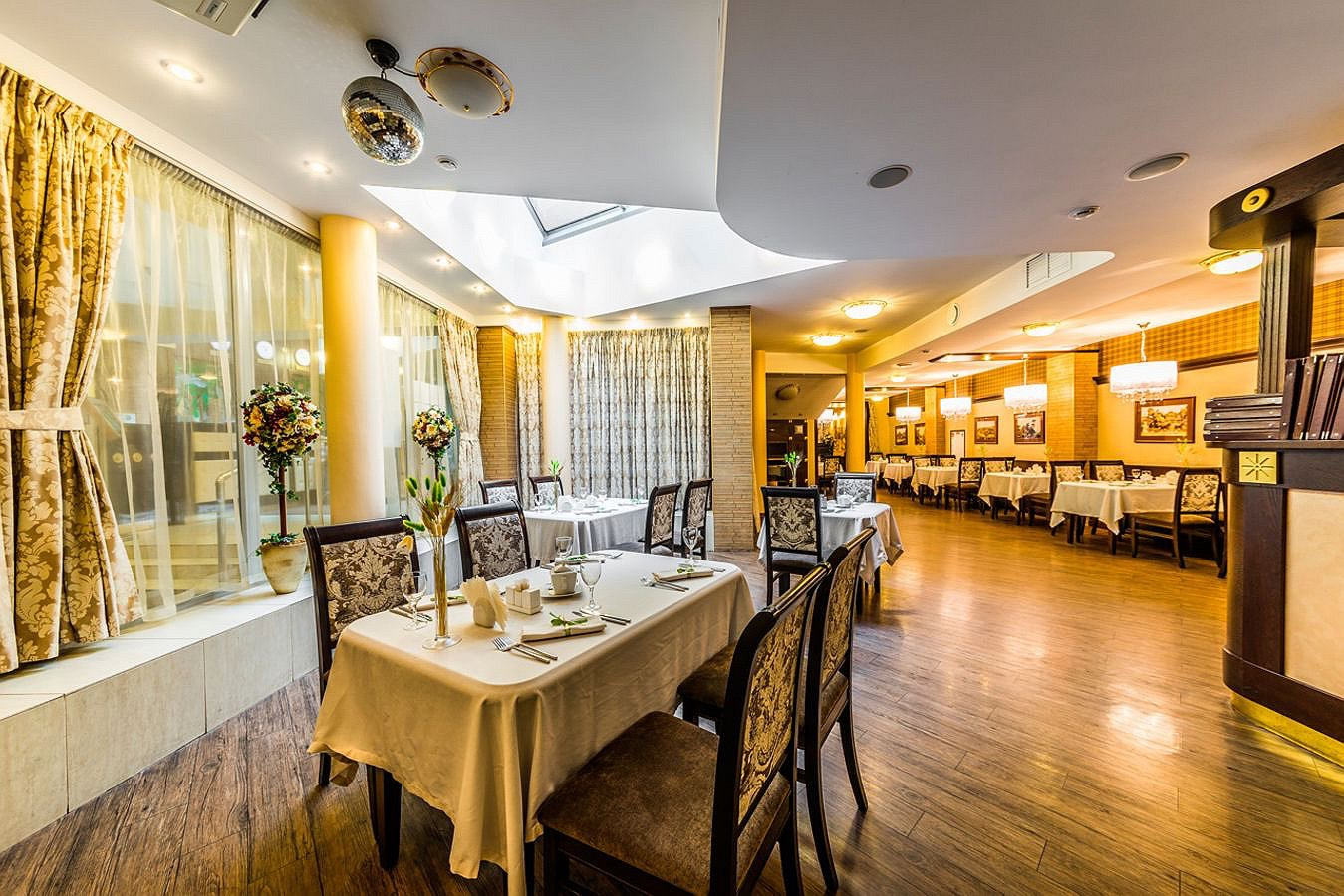 Restaurant_Favorite_Big_Hall_2_Cronwell_Inn_Stremyannaya.jpg